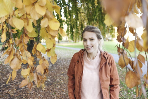Portrait of young woman in autumnal park - JOSF02147