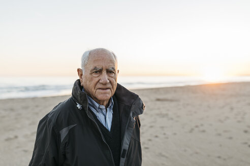 Senior man strolling at the beach - JRFF01527