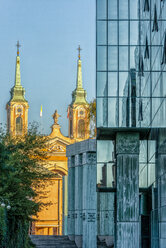 Poland, Warsaw, view to old church with modern facade of Supreme Court of Poland in the foreground - CSTF01626
