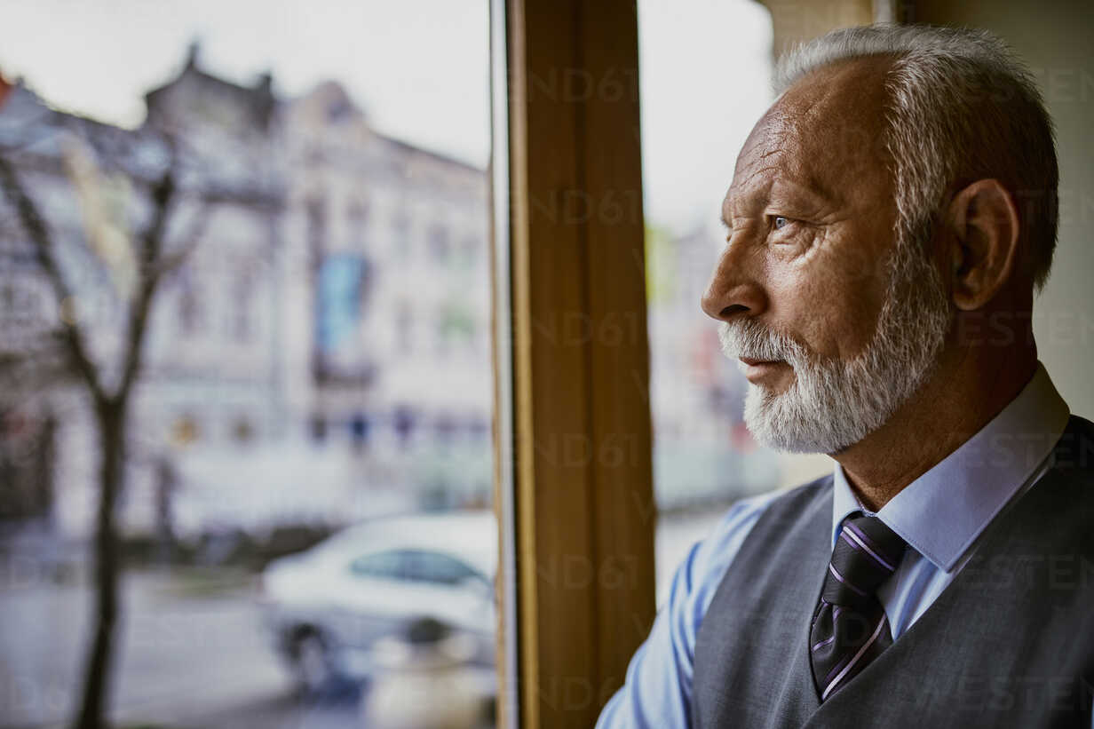 Elegant senior man looking out of window - ZEDF01114 - Zeljko Dangubic/Westend61