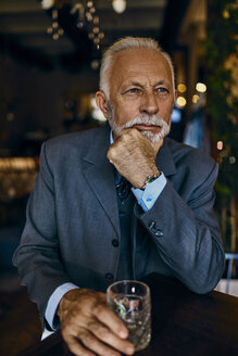 Portrait of elegant senior man in a bar with tumbler - ZEDF01168