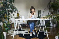 Female student learning at home - BSZF00175
