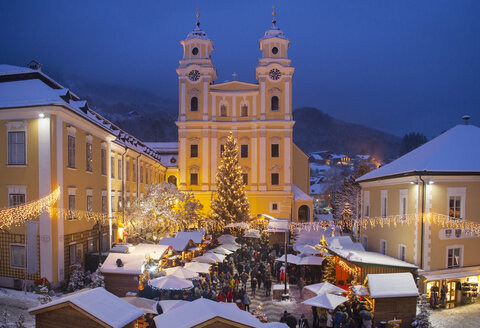 Austria, Salzkammergut, Mondsee, View of Basilica of St. Michael, christmas market at night - WWF04148