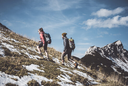 Austria, Tyrol, young couple hiking in the mountains - UUF12588