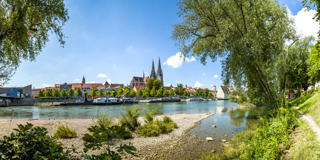 Germany, Regensburg, view to the old town with cathedral and Danube River in the foreground - PUF01266