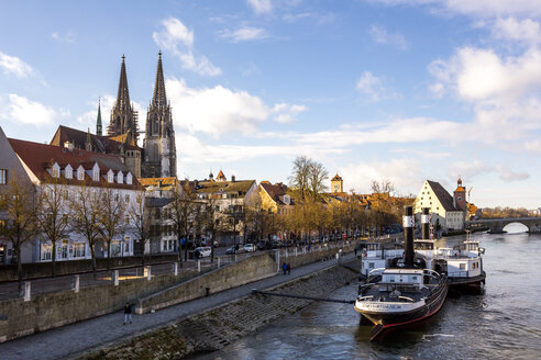 Germany, Regensburg, view to the old town with cathedral and Danube River in the foreground - PU01269