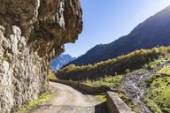 Switzerland, Bern, Bernese Oberland, Hasli Valley, mountain pass near Innertkirchen, overhanging rock - WDF04396