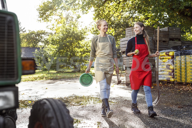 Two smiling women working on a farm - PESF00897 - Peter Scholl/Westend61