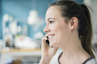 Portrait of happy woman on the phone, close-up - MOEF00710