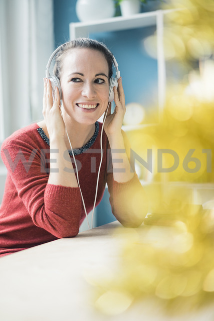 Portrait of happy woman with  listening music with headphones - MOEF00725 - Robijn Page/Westend61