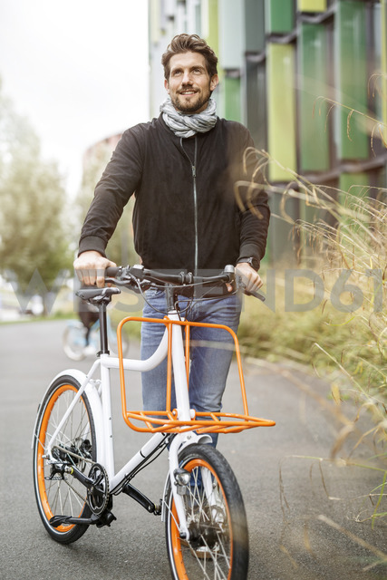 Smiling man with bicycle on a lane - PESF00918