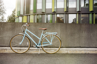 Bicycle at a wall in urban surrounding - PESF00927