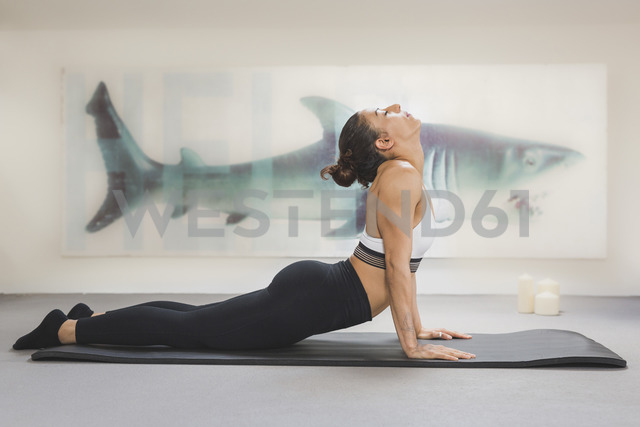 Woman practicing yoga on mat - ASCF00786 - Anke Scheibe/Westend61