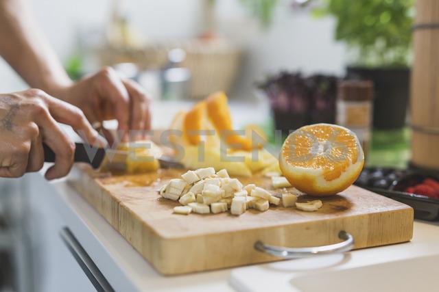 Woman preparing fruit on chopping board - ASCF00792 - Anke Scheibe/Westend61