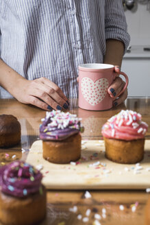 Woman with cup, muffins - MAUF01276