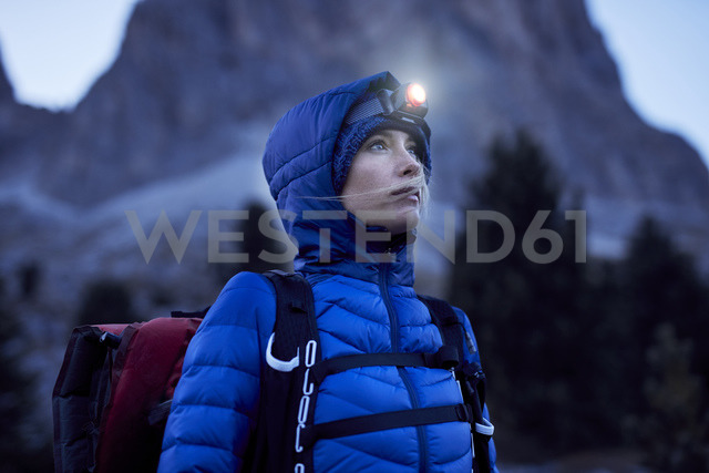 Young woman wearing headlamp at dusk in the mountains - PNEF00460 - Philipp Nemenz/Westend61