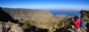 Spain, Canary Islands, La Gomera, Hermigua, View from Enchereda, female hiker - SIEF07708
