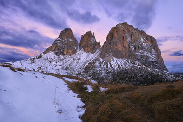 Italy, Alto Adige, Dolomites, Sassolungo, Fuenffingerspitze and Grohmannspitze at sunrise twilight, late autumn with first snow - RUEF01811
