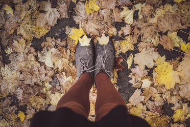 Young woman taking selfie of her legs in autumn, partial view - JSCF00044