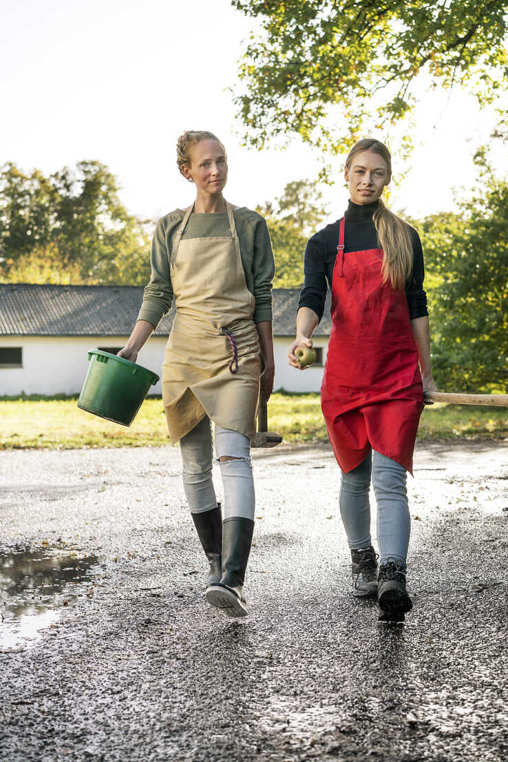 Two women working on a farm - PESF00974 - Peter Scholl/Westend61
