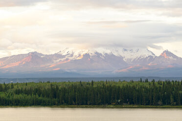 USA, Alaska, Wrangel Mountains, Wrangell-St.-Elias-Nationalpark. View from Willow Lake - MMAF00266