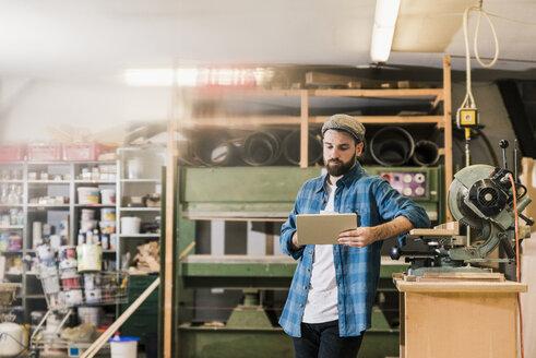 Man using tablet in workshop - UUF12701