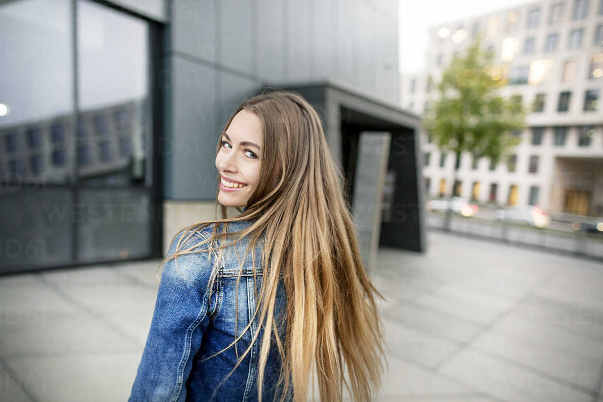 Portrait of happy young woman in the city - PESF01009 - Peter Scholl/Westend61
