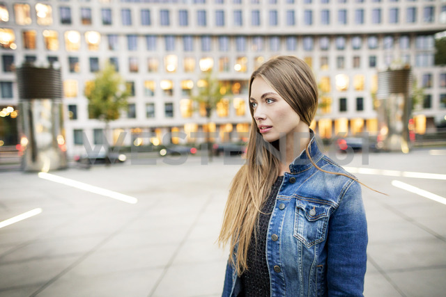 Portrait of young woman in the city - PESF01012