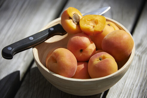 Apricots in a bowl - SRSF00649