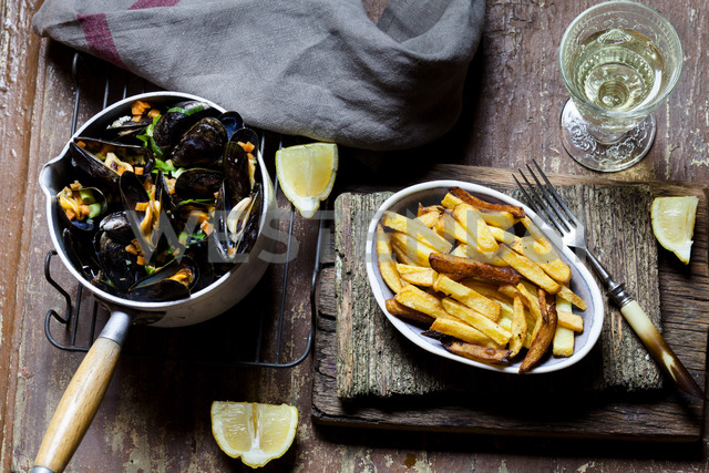 Moules-frites, blue mussel and french fries, white wine - SBDF03455