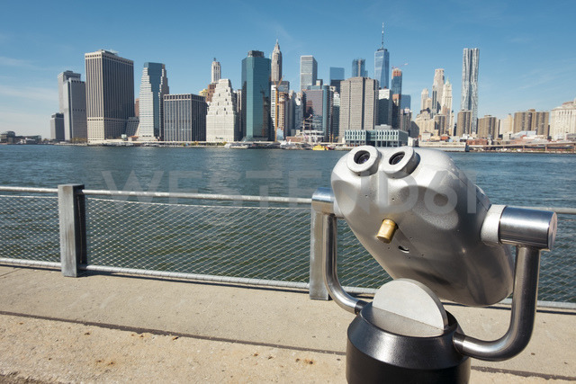 USA, New York City, coin operated binoculars and skyline as seen from Brooklyn - SEEF00026