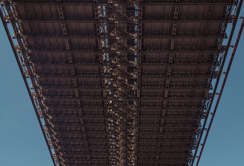 USA, New York City, Brooklyn Bridge from below - SEEF00029