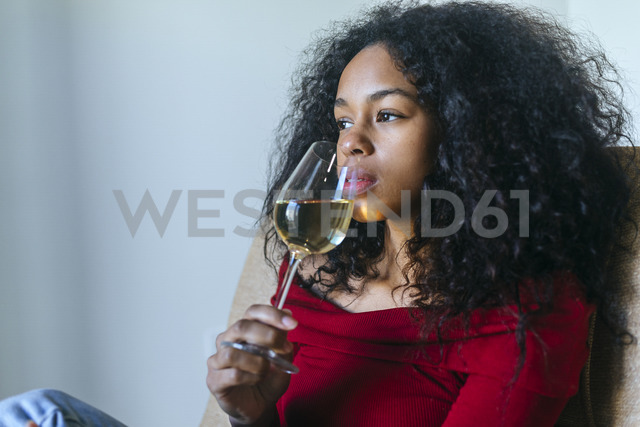 Portrait of woman drinking glass of white wine - KIJF01908