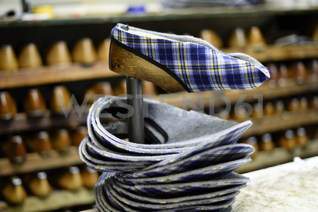 Manufacturing of slippers in cobbler's shop - BFRF01813