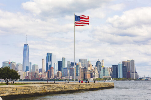 USA, New York, panoramic view of Manhattan with American Flag in the foreground - WPEF00092