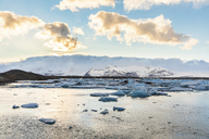 Iceland, Hof, Jokulsarlon lagoon with icebergs and mountains - WPEF00108