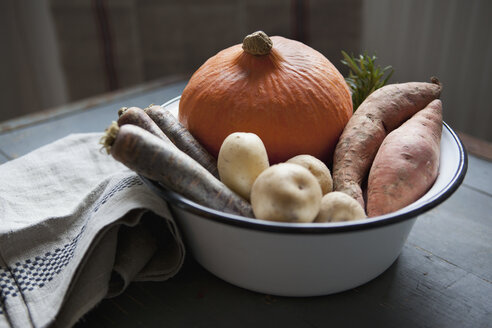 Close-up of fresh vegetables in bowl - FSIF00004