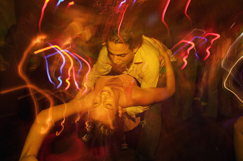 Couple dancing together in nightclub - FSIF00010