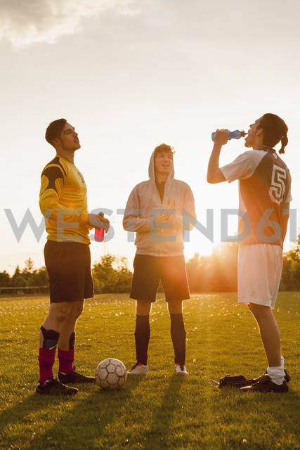 Full length of young soccer players standing on field - FSIF00922