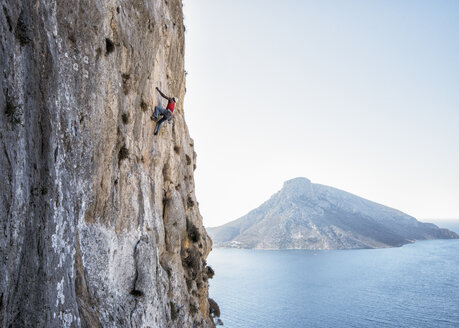 Greece, Kalymnos, climber in rock wall above the sea - ALRF00909