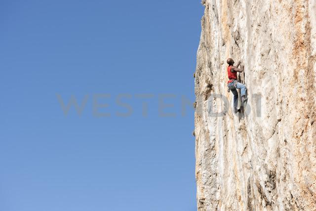 Greece, Kalymnos, climber in rock wall - ALRF00915