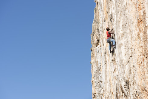 Greece, Kalymnos, climber in rock wall - ALRF00915