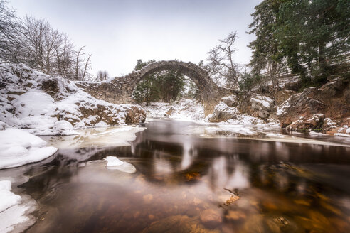 United Kingdom, Scotland, Highlands, Carrbridge, Old Pack Horse Bridge, River Dulnain in winter - SMAF00933