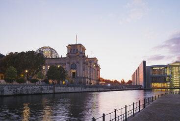 Germany, Berlin, Regierungsviertel, Reichstag building und Paul-Loebe-Building at Spree river - GWF05441