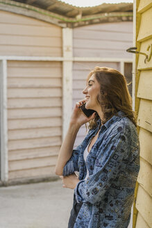 Smiling young woman on the phone - AFVF00028