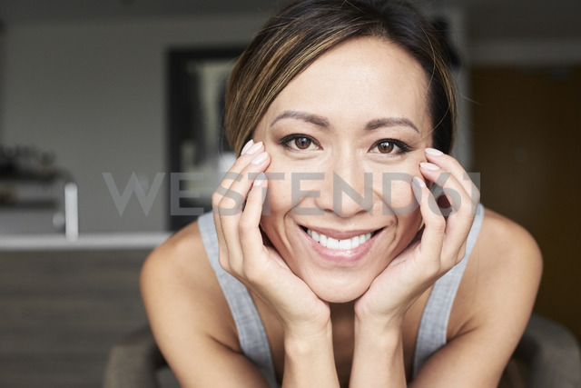 Portrait of smiling woman at home - IGGF00414