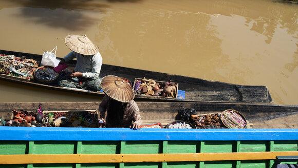 Myanmar, Inle lake, Burmese sellers - IGGF00419
