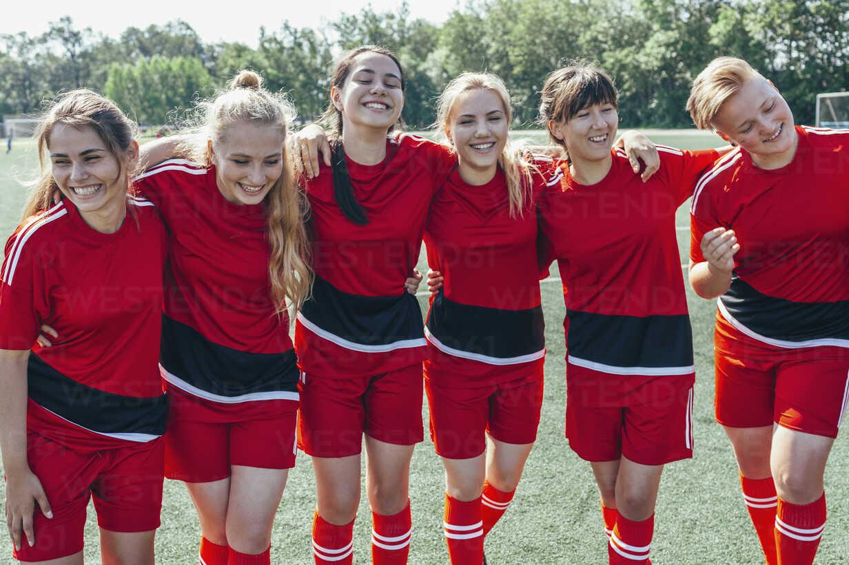 Cheerful soccer team standing on field - FSIF01749 - fStop/Westend61