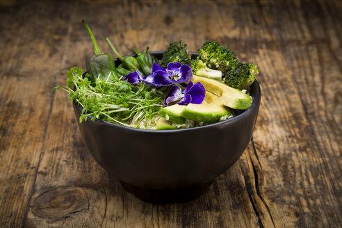 Detox bowl, quinoa, brokkoli, quinoa, avocado, pimientos de padron, cress and pansies - LVF06720