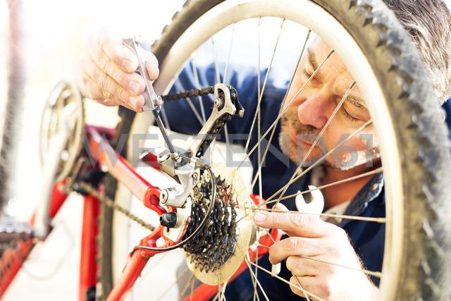 Man reparing bicycle - MAEF12533